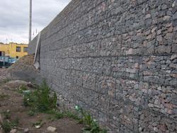 Укрепленная габионом стена